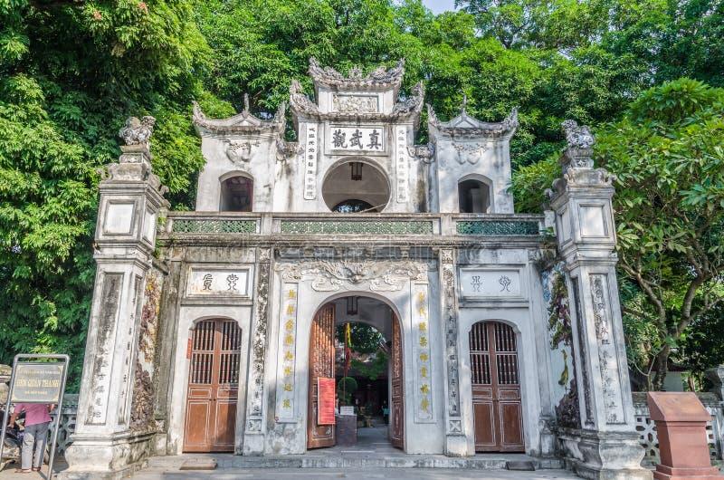 Entrée de Quan Thanh Temple, c'est un temple de Taoist à Hanoï, Vietnam Les gens peuvent explorer vu dans le temple photo libre de droits