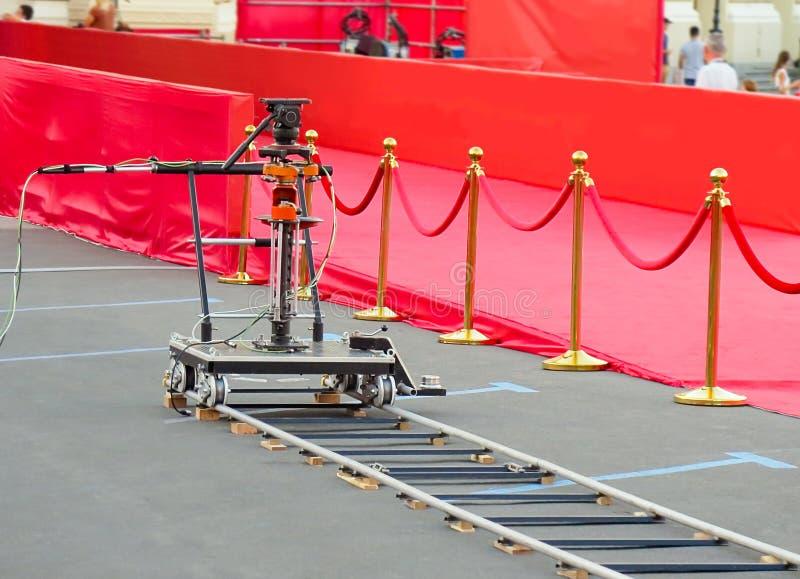 entrée de tapis rouge avec les supports et les cordes d'or Candidats de célébrité à présenter en première Étoiles sur l'attributi photo stock