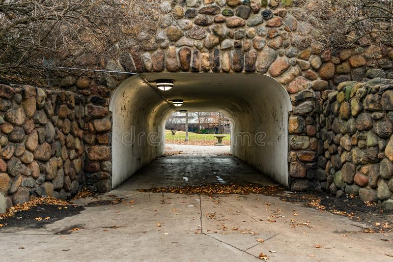 Entrée de tunnel garnie des roches en Lincoln Park Chicago photos stock