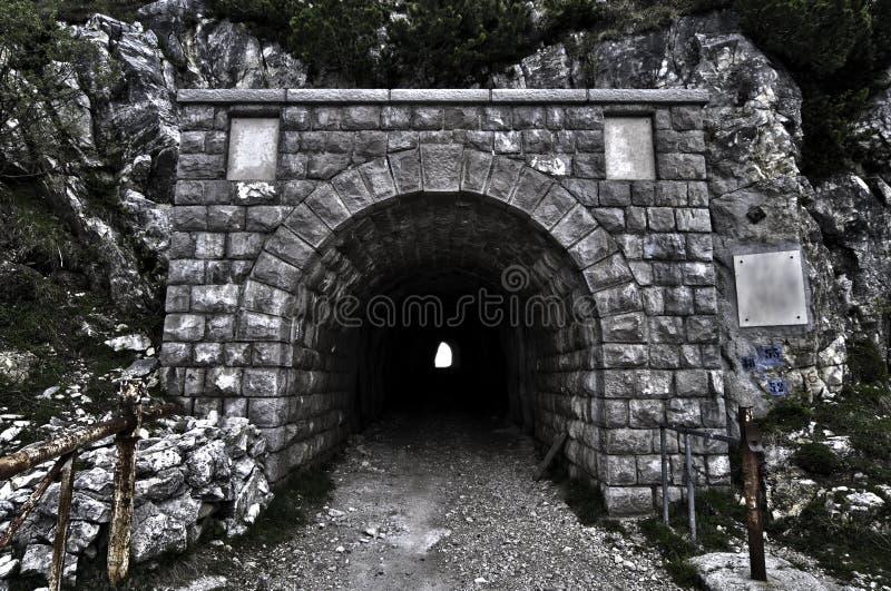 Entrée de tunnel par une montagne image libre de droits