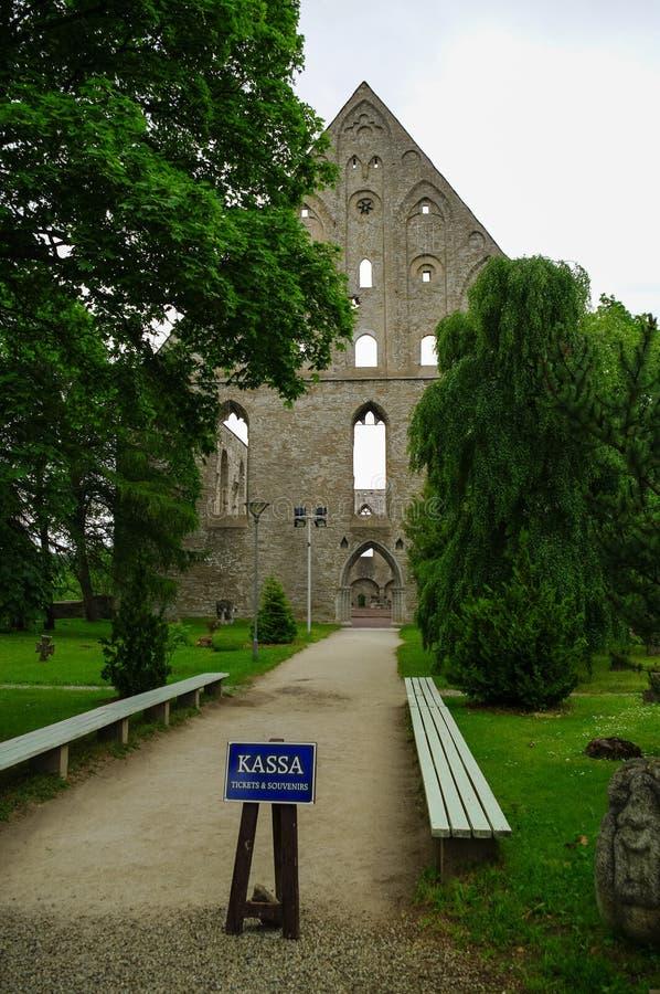 Entrée du couvent médiéval en ruines de St Birgitta dans la région de Pirita, Tallinn, Estonie images libres de droits
