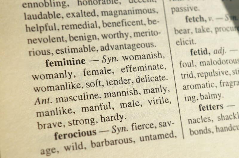 """Entrée du dictionnaire des synonymes et des antonymes pour le mot """"féminin """" Fond brouillé à concentrer sur le mot photo stock"""