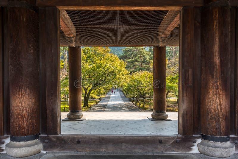 Entrée en bois d'un temple japonais à Kyoto images stock