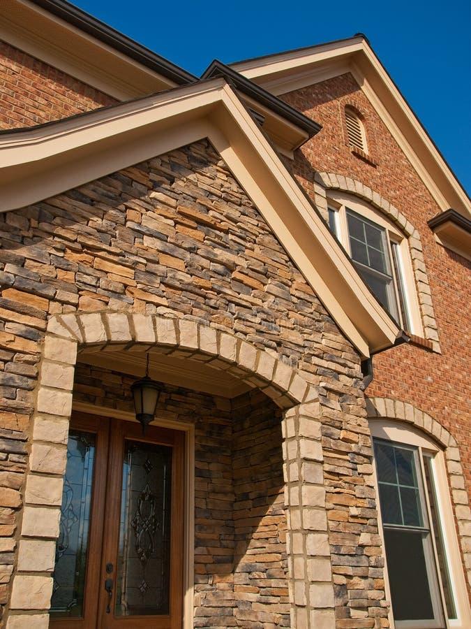 Entrée en pierre extérieure de luxe de voûte de maison modèle photo stock