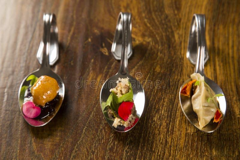 Entrée, entrée et dessert de repas sur le pouce dans une cuillère photos libres de droits