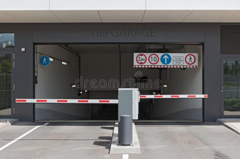 Entrée et sortie d'un parking souterrain au centre d'exposition à Francfort sur Main, Allemagne image stock