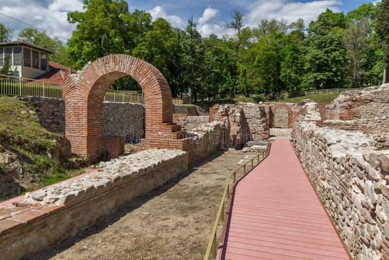 Entrée et vue panoramique dans les bains thermiques antiques de Diocletianopolis, ville de Hisarya, Bulgarie photographie stock libre de droits