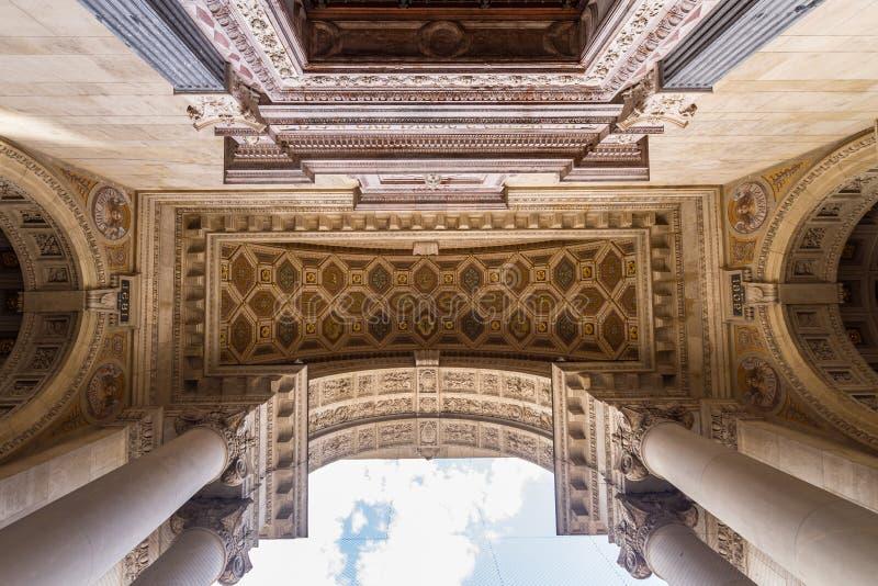 Entrée fleurie à la cathédrale catholique à Budapest photos stock