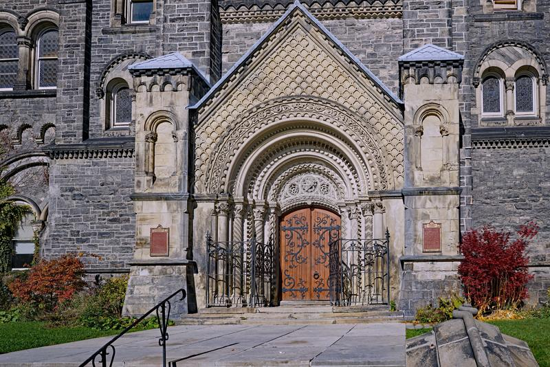 Entrée fleurie à la construction de l'université de Toronto photographie stock libre de droits