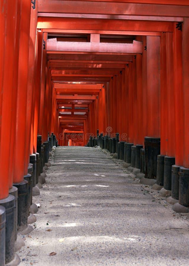 Entrée japonaise de tombeau avec les colonnes rouges et le fond noir de toits photos libres de droits