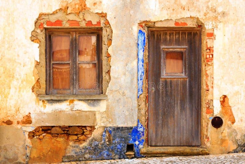 Entrée méditerranéenne de maison avec le plâtre de émiettage photographie stock libre de droits