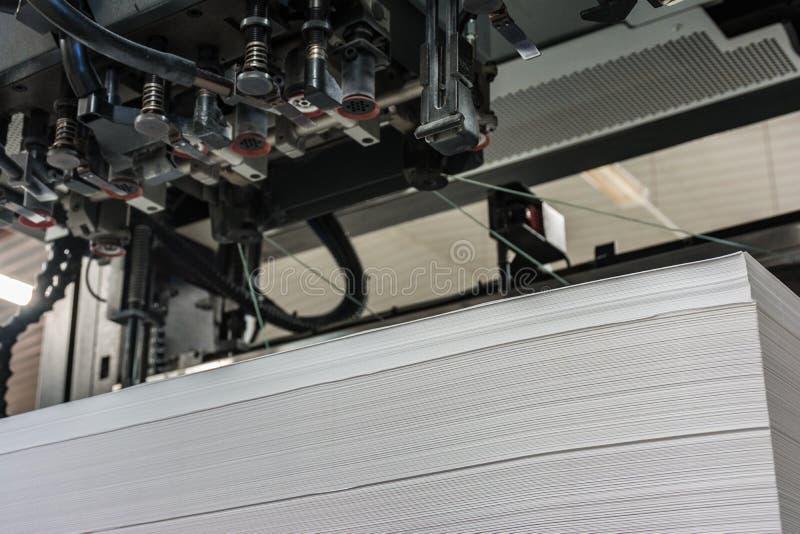Entrée ou charge de papier dans les mesures 72/102 d'une machine d'impression offset photo stock