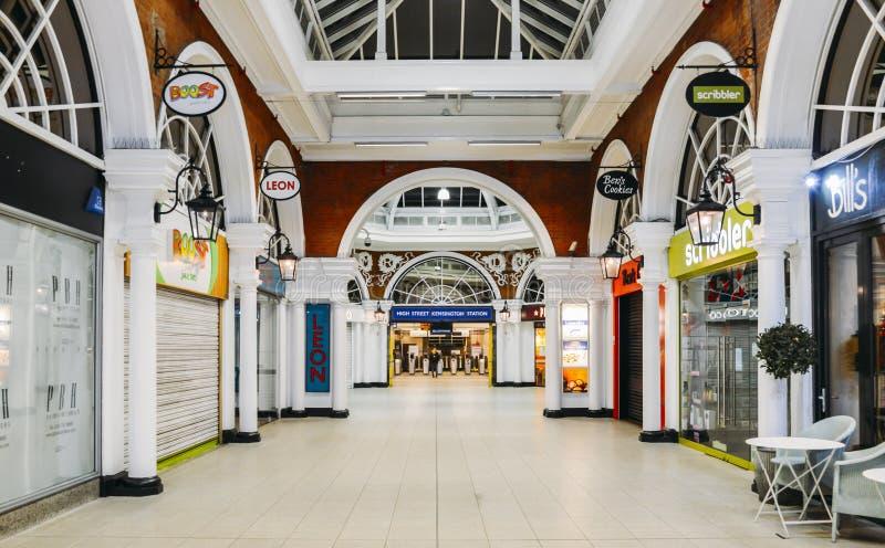 Entrée pour étiqueter le hall de la station de métro de Kensington de grand-rue avec des options de nourriture pour des banlieusa photo libre de droits