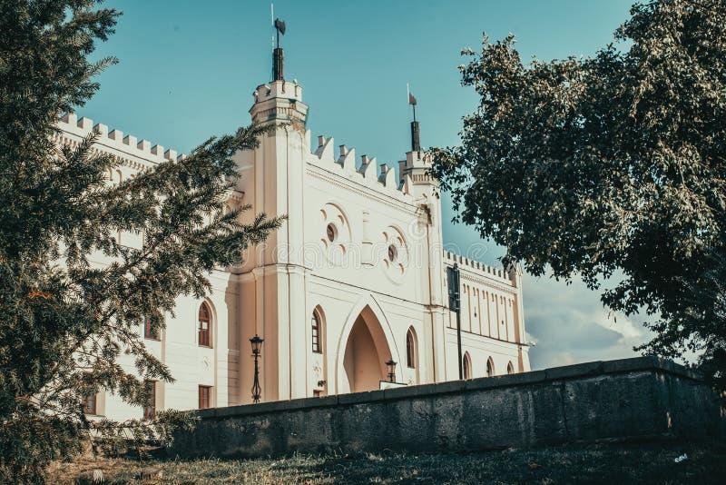 Entrée principale au château néogothique royal de Lublin Foyer sur l'arbre de conifère Voyage vers la Pologne Fond d'architecture images stock