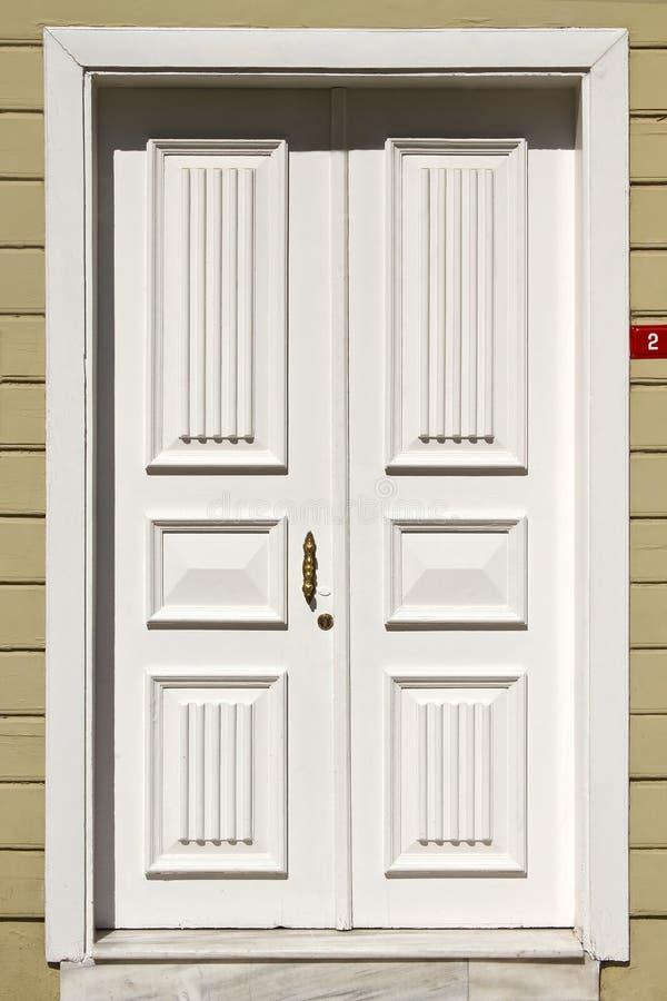 Entrée principale blanche en bois photographie stock libre de droits