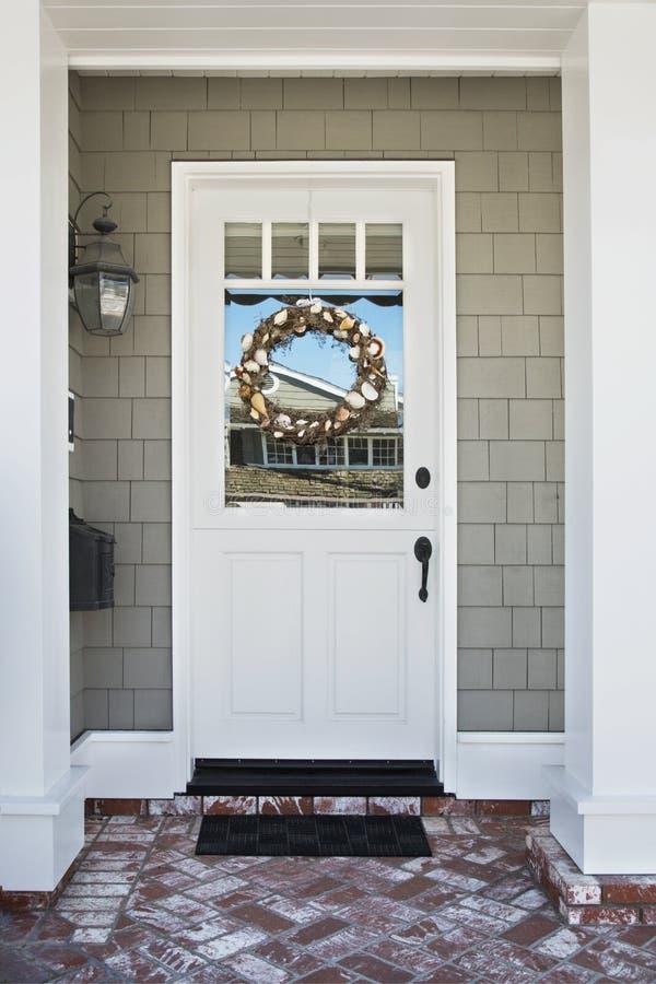 Entrée principale d'une maison classieuse photographie stock libre de droits