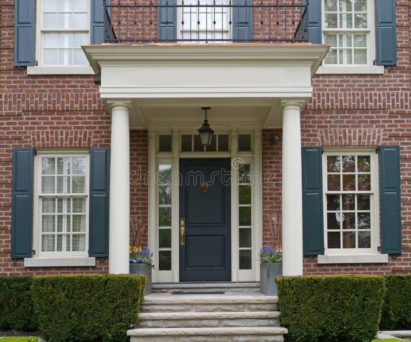 Entrée principale de maison avec le porche images stock