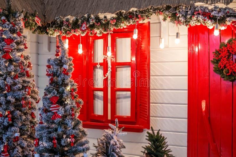 Entrée principale de Noël d'un fond de maison de campagne WI décorés photo stock