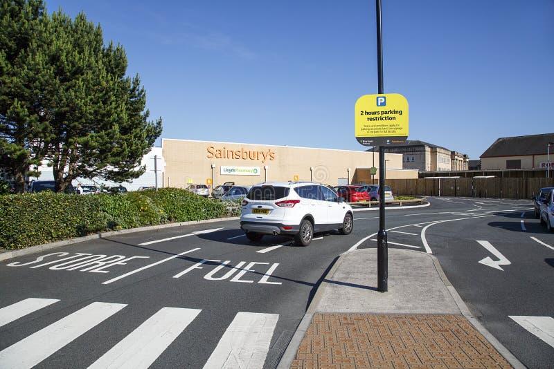Entrée principale de supermarché de Sainsburys menant à la station-service photographie stock libre de droits