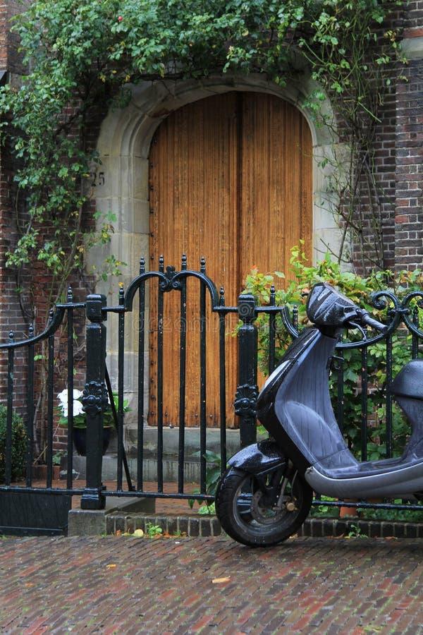 Entrée principale et scooter. photographie stock libre de droits