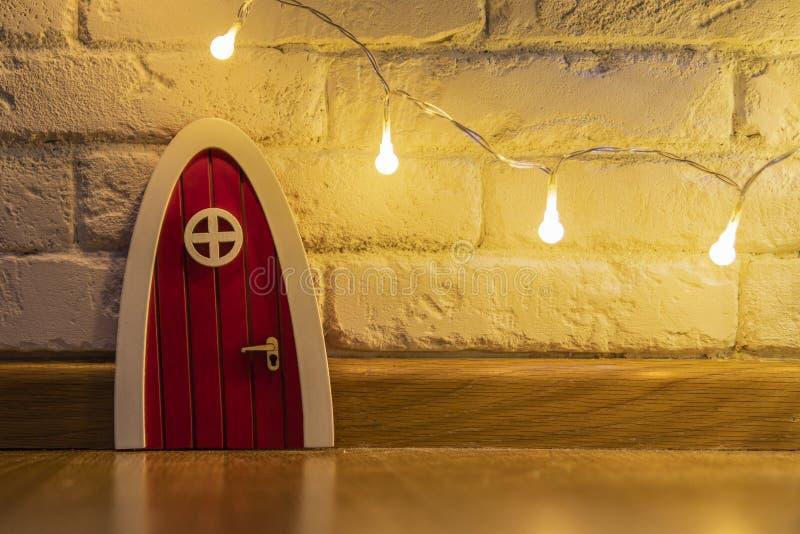 Entrée principale rouge d'une maison de gnome photographie stock libre de droits
