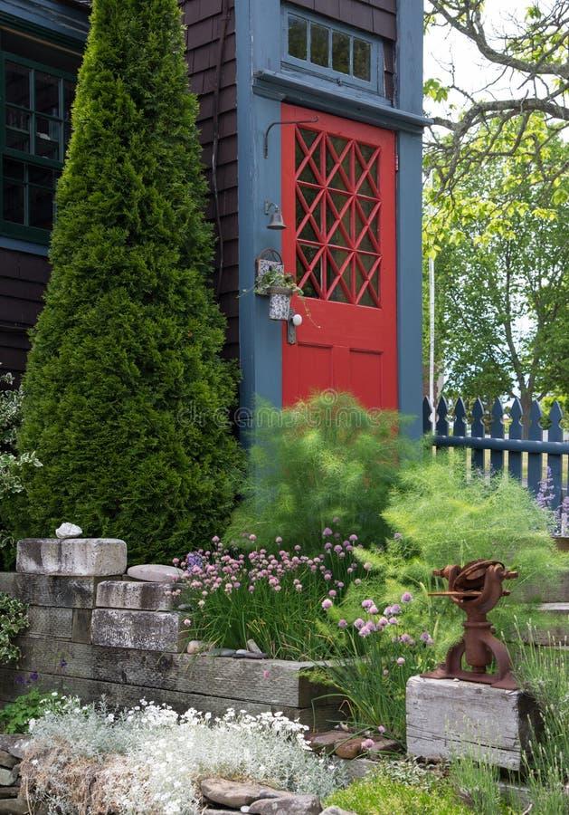 Entrée principale rouge sur une maison classique de style de bardeau images stock