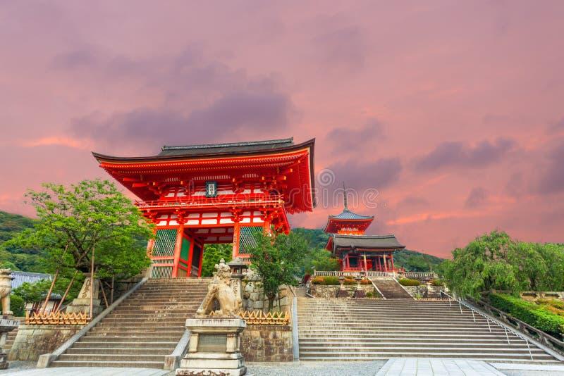 Entrée rouge de temple de Kiyomizudera de coucher du soleil de porte de RO lundi image stock