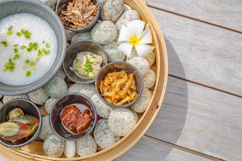 Entrées en dim sum agrées sur fond rustique. Ensemble de plats chinois à partager. Buffet asiatique. Cuisine traditionnelle chi photo stock