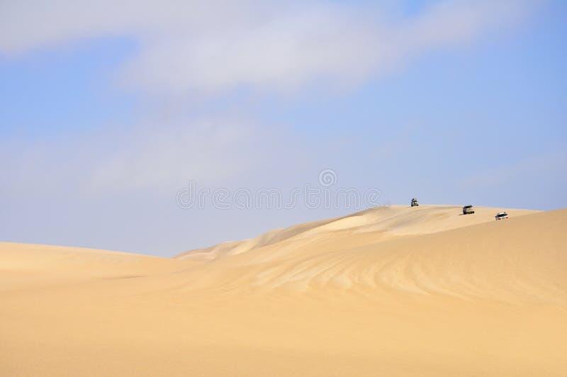 Entraînement à travers les dunes de sable photos libres de droits