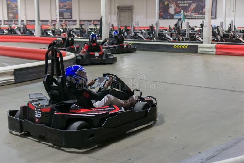 Entraînement d'un kart électrique à une voie de course d'intérieur image stock