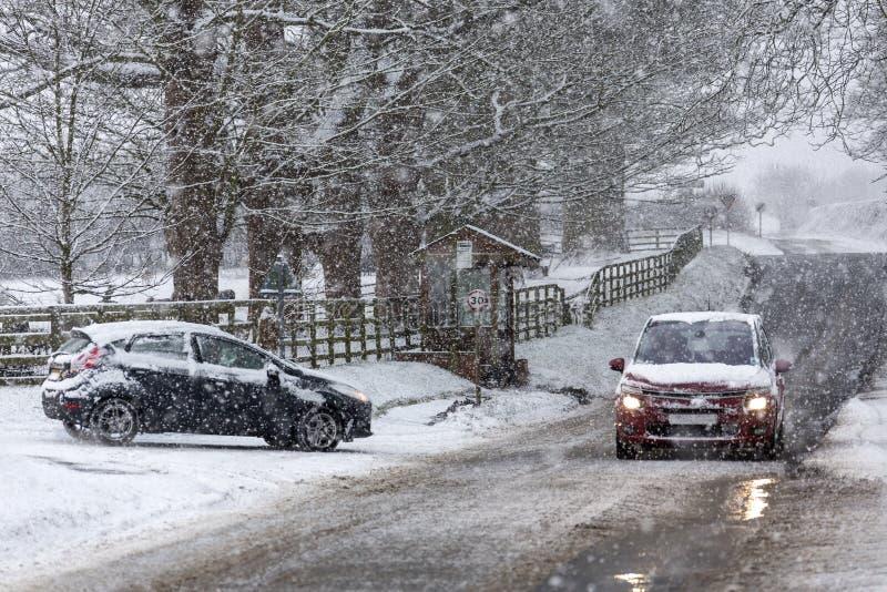 Entraînement dans la chute de neige importante images stock