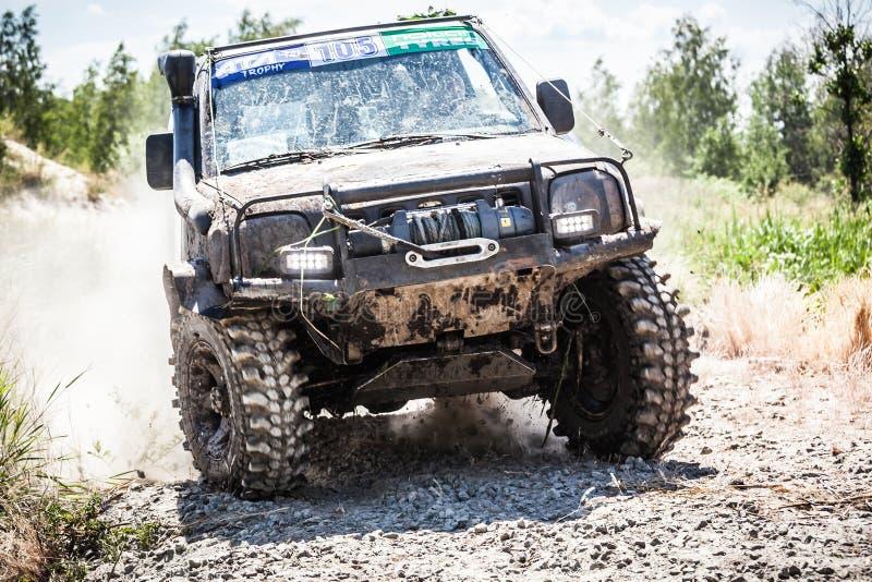 Entraînement de voiture de course tous terrains lourd le long de la route poussiéreuse image libre de droits