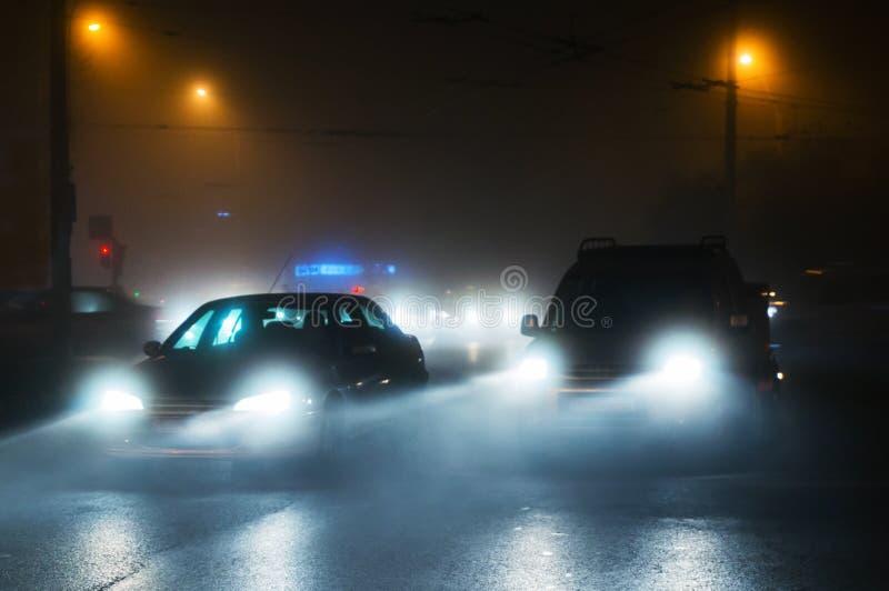 Entraînement de voitures en brouillard images libres de droits