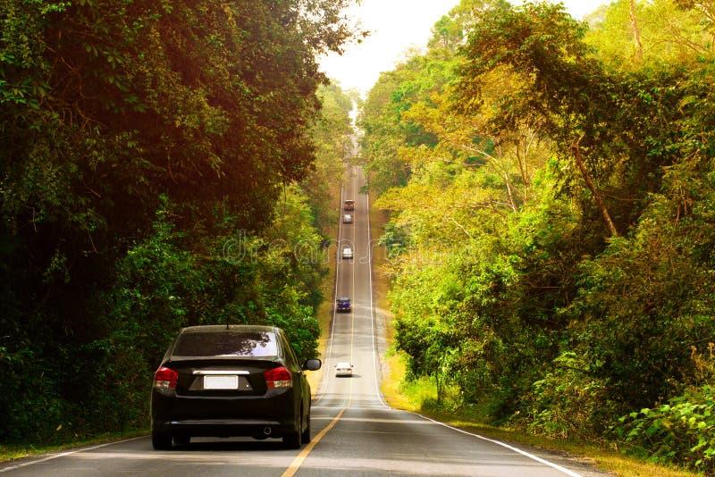 Entraînement de voitures le long de la route se levant au ciel  photographie stock