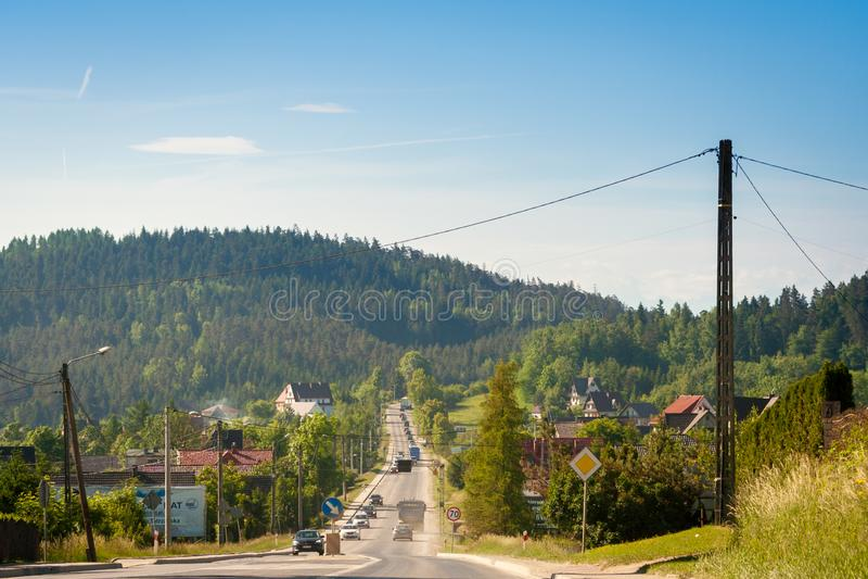 Entraînement de voitures le long de la route menant à Zakopane Autour de complètement de la verdure, et dans les arbres croissant photographie stock