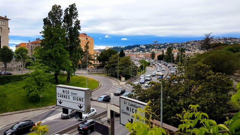 Entraînement de voitures sur la route intéressante, circulation urbaine France, problème d'écologie, pollution atmosphérique photos stock