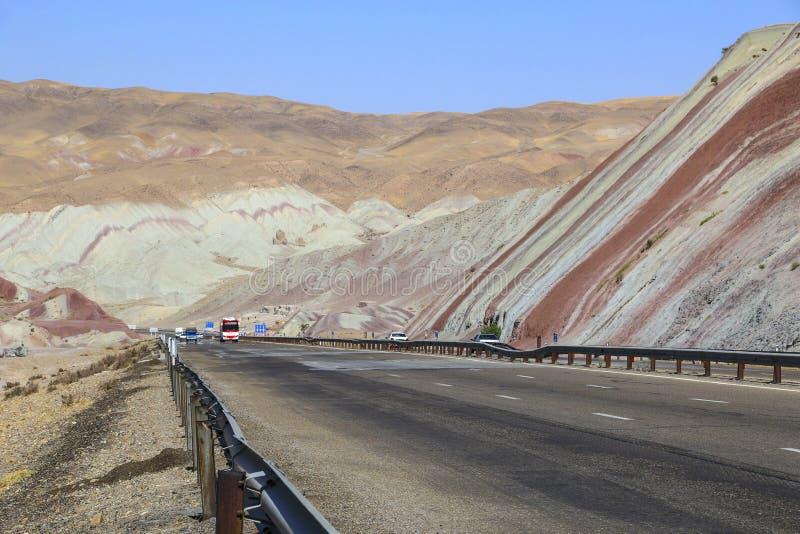 Entraînement de voitures sur la route par de belles montagnes colorées photos libres de droits