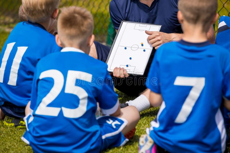 Entraînement du football d'enfants Équipe de football avec l'entraîneur au stade B photo libre de droits