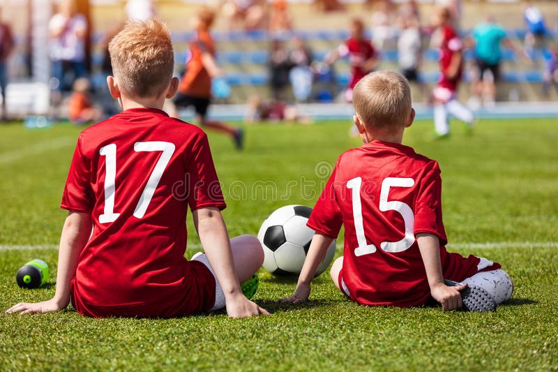 Entraînement du football d'enfants Young Boys se reposant sur le terrain de football Match de football pour des enfants photos libres de droits