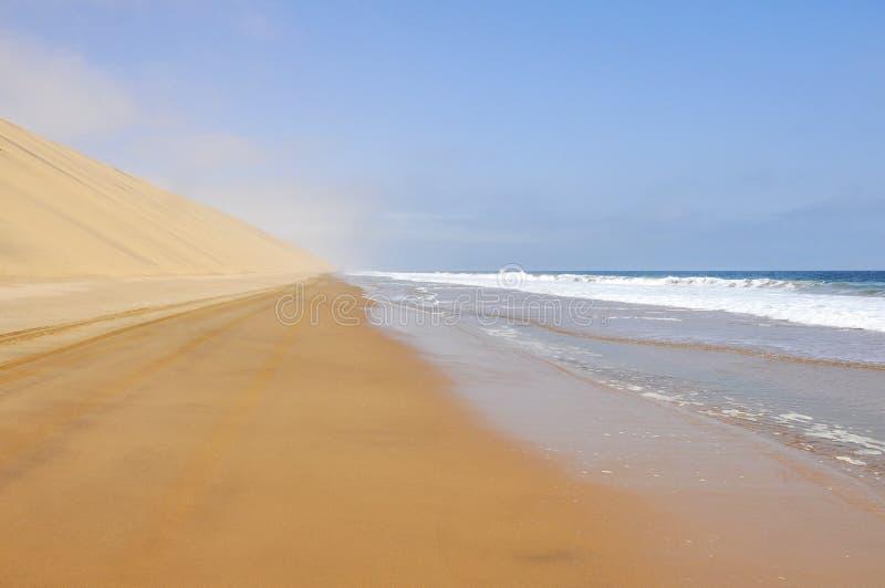 Entraînement entre l'océan et le désert photographie stock