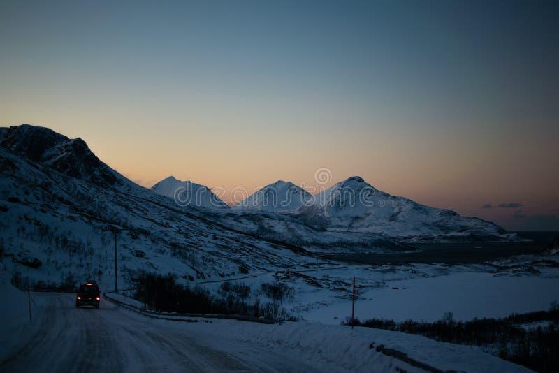 Entraînement par des montagnes d'Ersfjordbotn images libres de droits