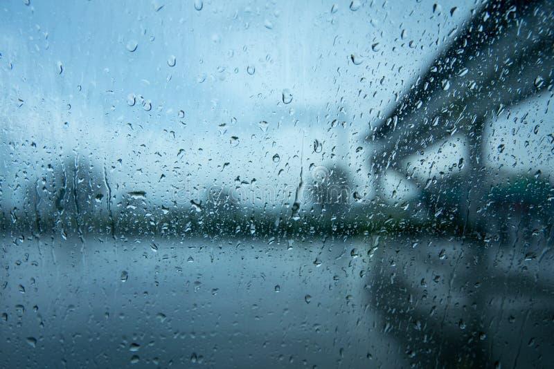 entraînement sous la forte pluie particulièrement autour des véhicules image libre de droits