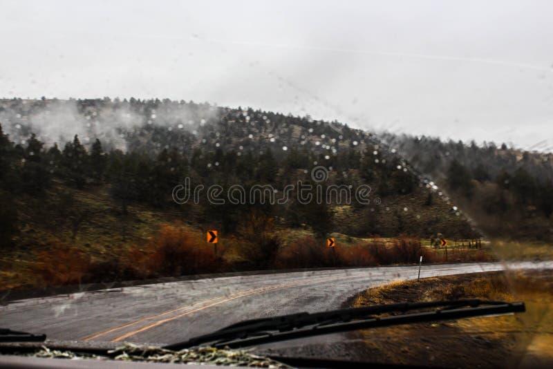 Entraînement sous la pluie de montagne photos stock