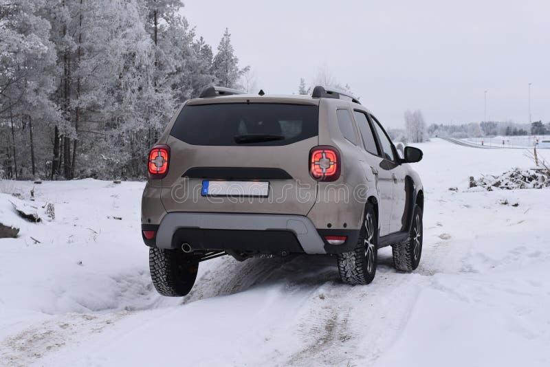 Entraînement tous terrains de SUV avec Dacia Duster photo libre de droits