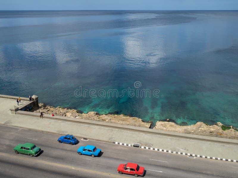 Entraîner une réduction de voitures classique le Malcon à La Havane, Cuba, vue aérienne image stock