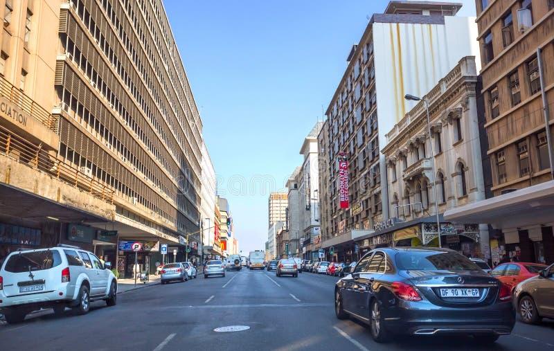 Entraîner une réduction de voitures la route au centre de la ville photos stock