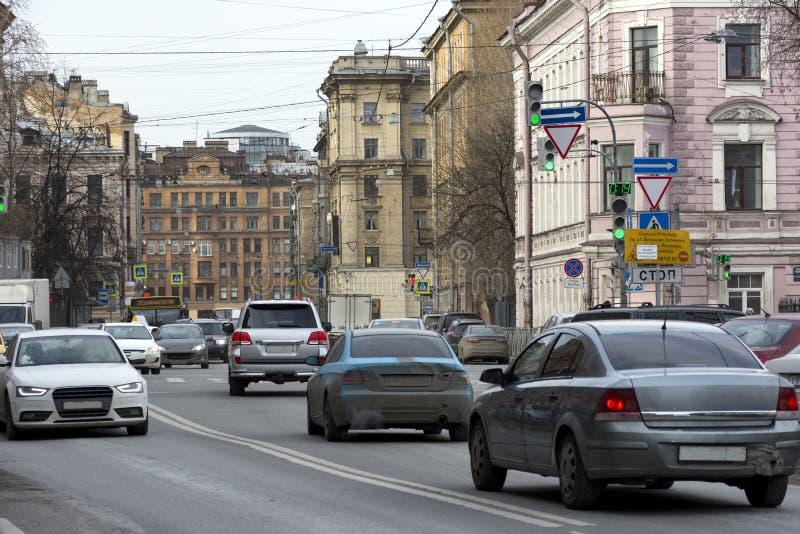 Entraîner une réduction de voitures la rue de ville, St Petersbourg, bâtiments image libre de droits