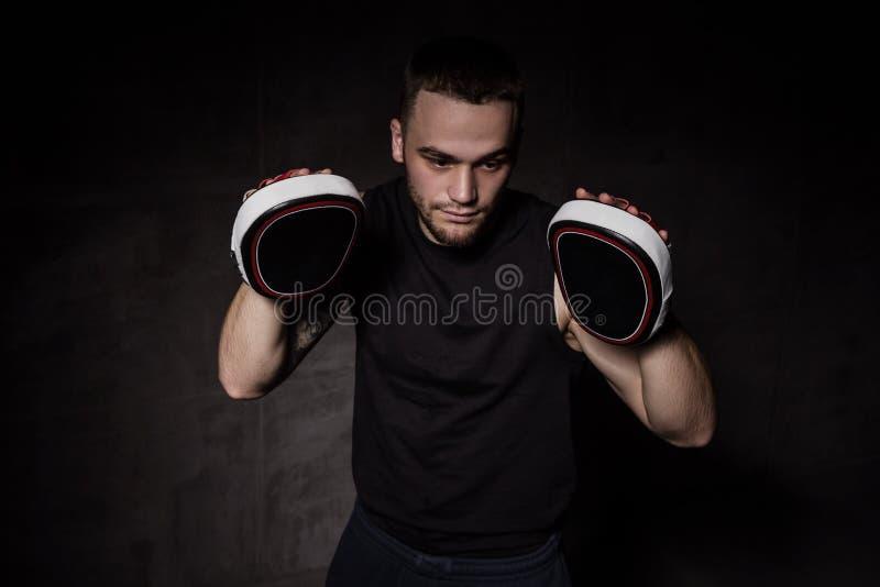 Entraîneur de boxeur avec des gants de formation sur des mains images libres de droits