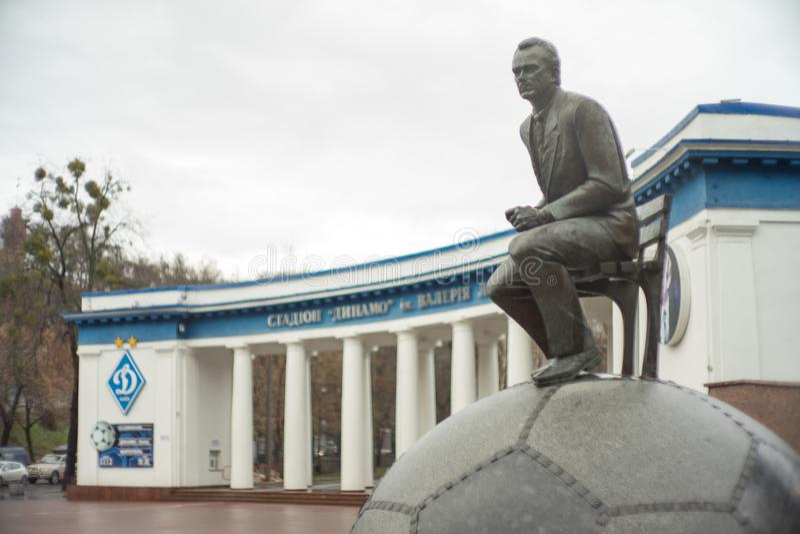 Entraîneur de football américain, Lobanovsky près de la sculpture en stade photos stock