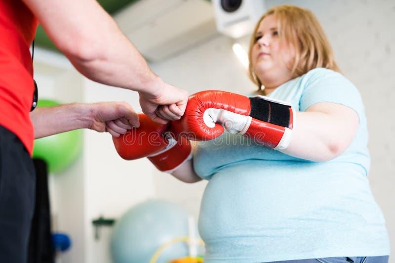 Entraîneur Motivating Obese Woman images stock